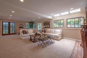 http://www.1000oaksrealestate.com/featured-listings/carets/mls-216012230-1700_royal_saint_george_drive_westlake_village_ca_91362/